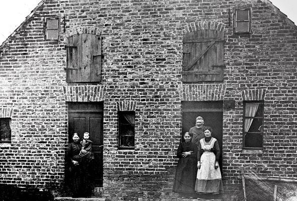 (0228) Haus Fam. Eichstädt (heute Knittel und Bärbel Steinborn), Dorfstraße 43, Hofansicht, eines der ältesten Häuser in Kurtschlag, um 1890