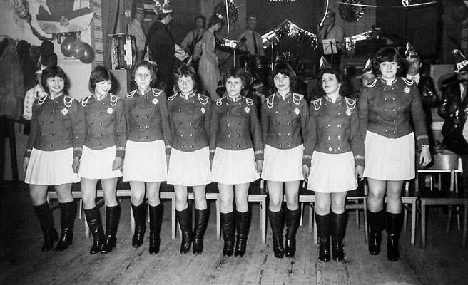 """(0118) Fasching im """"Mittelpunkt""""; Prinzenpaar: Silvia und Siegbert Prahl; v.l.n.r.: Doreen Jaeckel, Steffi Prahl, Christina Plath, Angela Finger, Silvia Heberlein, Cordula Jaeckel, Monika Schmidt, Corinna Schöttler, 1980"""