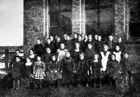 (0148) Klassenfoto, vor dem neuen Schulhaus, Lehrer Georg Schulze, 1903