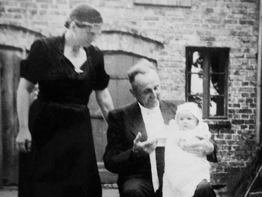 (0449) Emma und Gustav Ney mit der Enkeltochter Birgit (der Mitautorin dieses Berichts) auf dem Hof vor der Waschküche, 1958