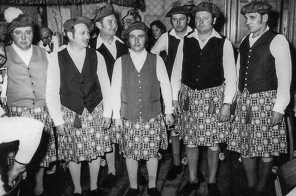 """(0041) Fasching im """"Mittelpunkt""""; v.l.n.r.: Heinrich Gogolin, Reinhard Raßmann Werner Prahl, Norbert Sokolowski, Artur Tesch, Heinz Schlüter, Siegfried Maeding; 1976"""