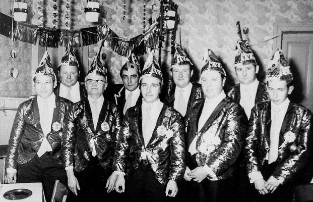 "(0122) Fasching im ""Mittelpunkt""; v.l.n.r.: Reinhard Raßmann, Heinz Schlüter, Paul Heuer, Werner Kulicke, Norbert Sokolowski, Werner Prahl, Heinrich Gogolin, Artur Tesch, Rudi Reisener"