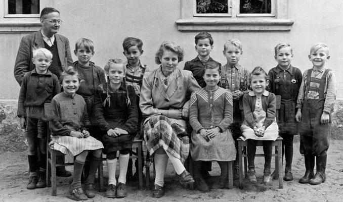 (0294) Lehrer Stiebitz mit Schülern vor dem alten Schulhaus an der Dorfstraße, um 1952