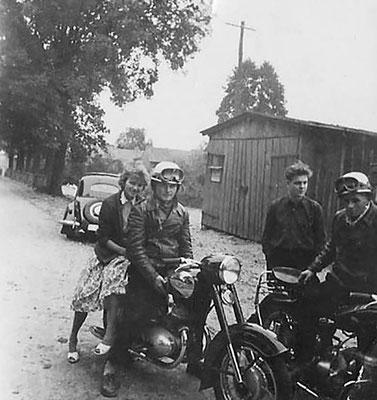 (0659) Feuerwehrgerätehaus (kurz vor der Bleiche), um 1960; auf dem Motorrad: Helga und Horst Wichmann