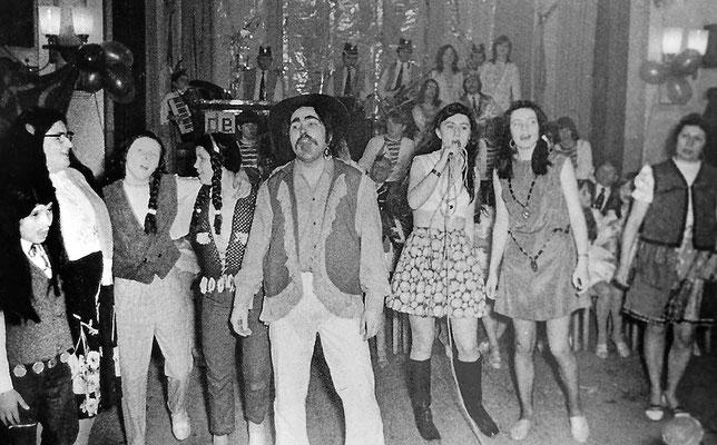 """(0049) Fasching im """"Mittelpunkt""""; Prinzenpaar: Karla Kulicke, Harald Janoska; unbekannt, Uschi Schäfer, Burglind Bracklow, Monika Schmidt, Karlheinz Raßmann, Roswitha Giese, Angelika Schlüter, Inge Prahl; 1971"""