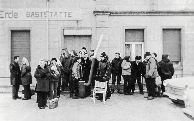 """()260) """"Mittelpunkt der Erde"""", Anstellen zum Kauf von Eintrittskarten für den Fasching, 1973"""