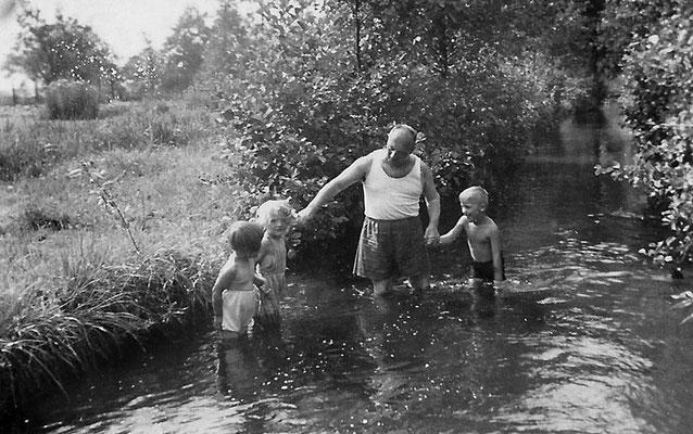 (0001) Bad im Fließ, bei Schäfer,  1938 (Erika Menzel, Christa Boebst)