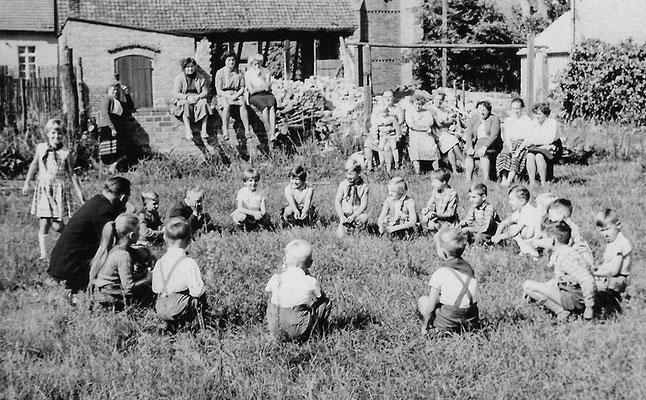 (0601) auf dem Schulhof, um 1966