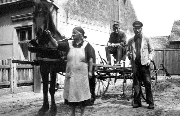 (0237) Heuwender vor Dorfstraße 59; v.l.n.r.: Martha Brünger, Karl Brünger (Großvater), ... Gnewkow (aus Krewelin), Ende 1950er Jahre
