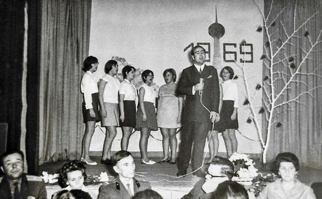 """(0347) Dorfclub, im """"Mittelpunkt"""", 1969; unter den Gästen mehrere russische Offiziere mit Ehefrauen"""
