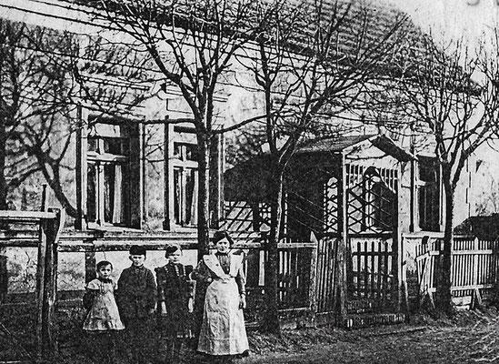 (0167) Haus Bracklow, Dorfstr. 69 (2018), 1912/13; v.l.n.r. Lieschen Bracklow, Wilhelm Bracklow, Selma Bracklow, Emma Bracklow