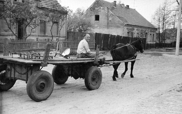(0395) Max Kleiber auf dem Weg zur Feldarbeit