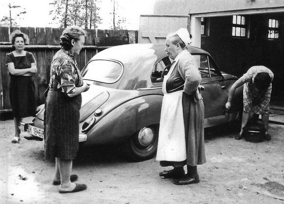(0222) v.l.n.r.: unbekannt, Anna Plath, Gemeindeschwester Marie Pichlo, Renate Plath; Auto von Fritz Plath; um 1962