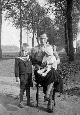 (0402) vor der Gaststätte; Emma Ney und Söhne Wilhelm jr. und Gustav jr.