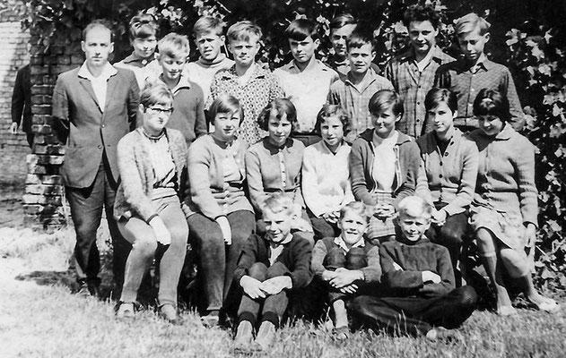 (0056) Klassenfoto; auf der Rückseite werden genannt: Angelika Heberlein, Bernd Schulmeister, Berndt Vorbau, Wilfried Thume, Lothar Bähn, Marianne Schläfke, Gudrun Menzel, Christel Hegelow, Rüdiger Pusch, Bärbel Hegelow, Karin Zimmermann, Arno Freitag.