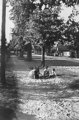 (0344) Dorfstraße, in Richtung Brücke fotografiert, auf der rechten Seite ist das alte Feuerwehrhaus zu erkennen,  1933