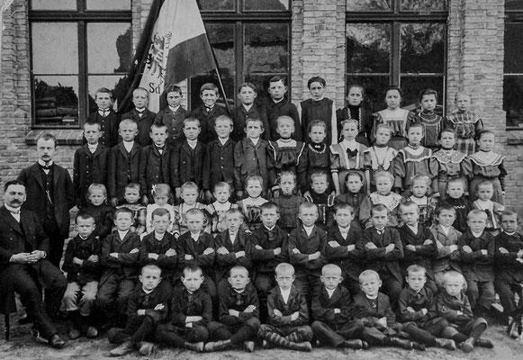 (0127) Klassenfoto vor dem neuen zweiten Schulhaus, Lehrer Schulz und Richter, 1905