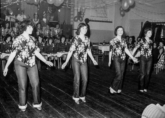 "(0101) Fasching im ""Mittelpunkt""; Prinzenpaar: Cordula Imm, Henry Dobberstein; v.l.n.r.: Doreen Jaeckel, Steffi Prahl, Monika Schmidt, Silvia Heberlein; 1979"