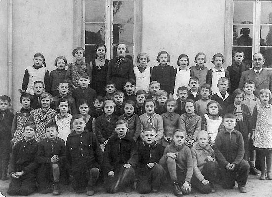 (0010) vor der alten Schule, Lehrer Böttcher, um 1940