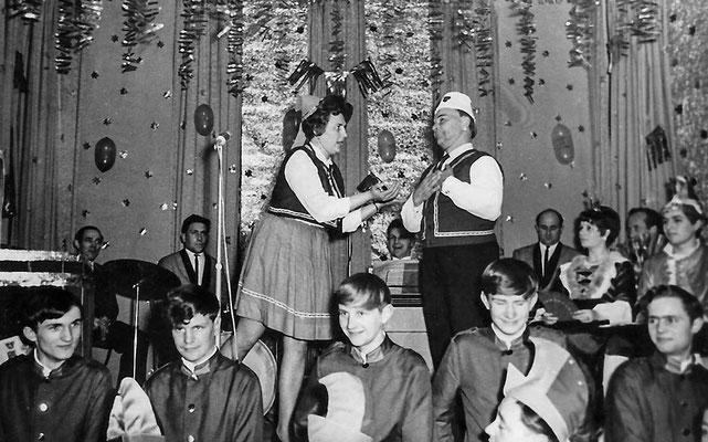 "(0058) Fasching im ""Mittelpunkt""; Prinzenpaar: Regina Heuer, Horst Raßmann; Mitte: Elsa Janoska, Heinrich Willamowski; 1968"