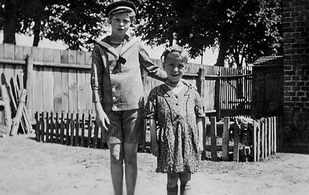 (0400) Thea Heuer und Wilhelm Ney jr. (als Mädchen verkleidet), um 1940