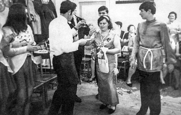 """(0045) Fasching im """"Mittelpunkt""""; v.l.n.r.: unbekannt, Helmut Lübke, Gertrud Lübke, Siegbert Prahl; um 1970"""