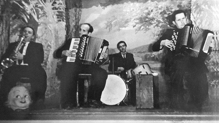 (0434) Musik in der Gaststätte; v.l.n.r.: Herbert Giese, Willi Koch, Kurt Sokolowski, Herbert Kulicke