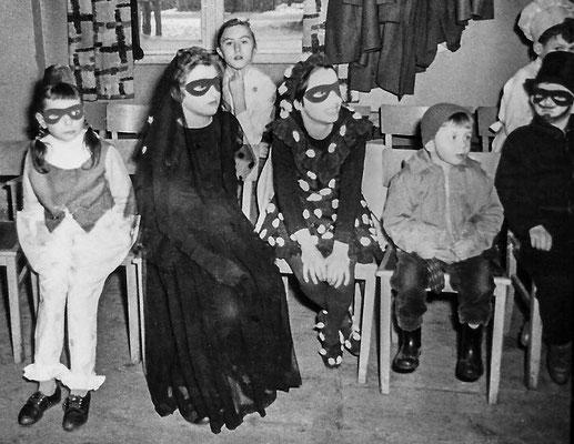 "(0264) im ""Mittelpunkt""; v.l.n.r: Manuela Gogolin, Gudrun Menzel, Roswitha Giese, Marlies Thieme; Mitte 1960er Jahre"