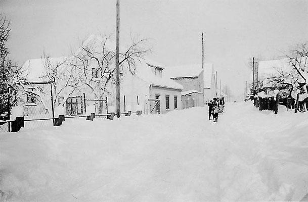 (0004) Dorfstraße nördlich der Brücke, links das Haus Karl Regling, 1941/42. (Karl Regling, der Vater von Erika Menzel, hat es während des Krieges auf Heimaturlaub fotografiert.)
