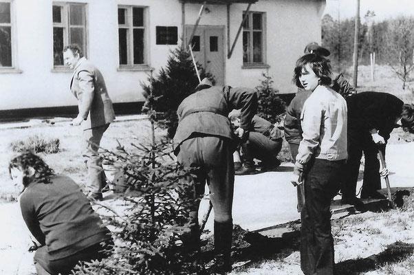 R-017 (0663) Quelle: Andreas Wörpel; Baumpflanz-Aktion von Schülern mit russischen Soldaten, Anfang 1970er Jahre