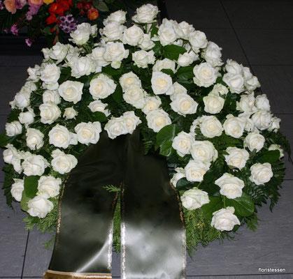 Trauerkranz weiße Rosen ( hier mit 140 Rosen) 250,00 - 300,00 Euro