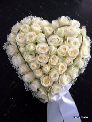 Herz mittel mit weißen Rosen ca. 100 Euro