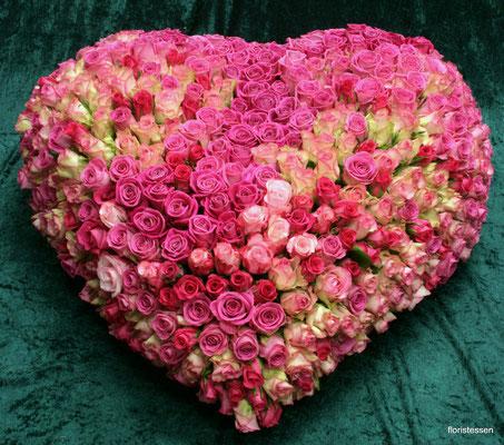 Herz gesteckt mit über 500 Rosen ca. 400,00 - 500,00 Euro
