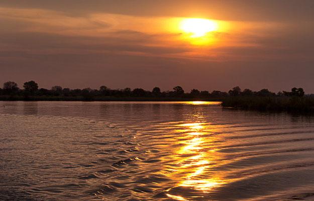 Sundowner - Bootsfahrt auf dem Okavango