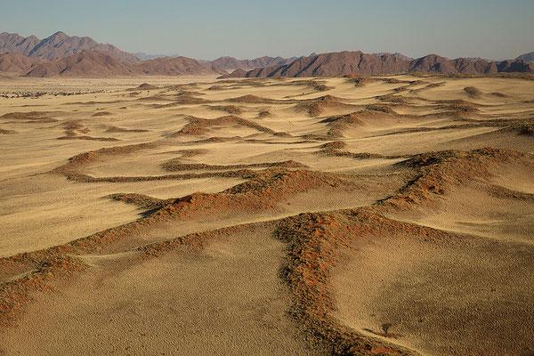 Blick über die Ausläufer der Namib auf die Naukluftberge