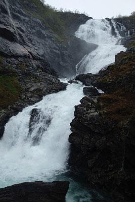 Einer der vielen Wasserfälle an der Flåmbahn