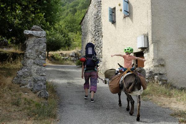 Verlassene Ortschaften, die uns direkt in die Berge führen