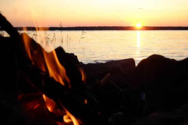 Sonnenuntergang am Lagerfeuer genießen, das fasst Schweden im Allgemeinen ganz gut zusammen. Könnte es besser sein?