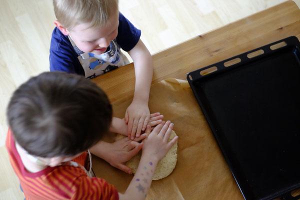 ...Kuchen. Wichtig ist uns, dass die Kinder die Möglichkeit bekommen immer mitzumachen.