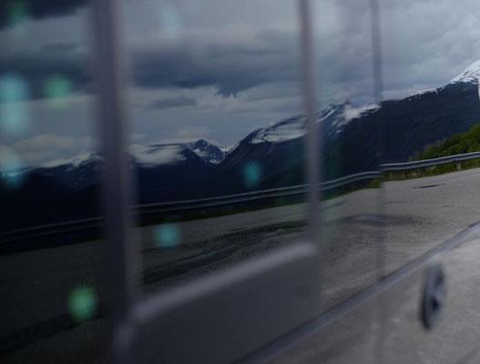 Wenn sich die wunderschönen Berge im Bus spiegeln muss man auch mal innehalten und genießen...