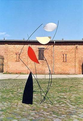 """Windsong"", 1996, 280 x 120 x 120cm, Eisen, lackiert, Stoff, Kabeldraht"