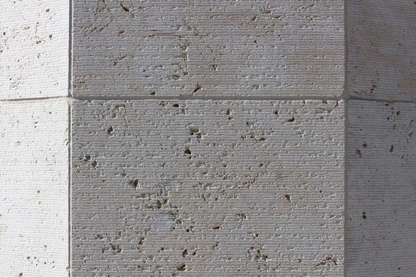 Scharrierte Fassade aus Kelheimer Auerkalk