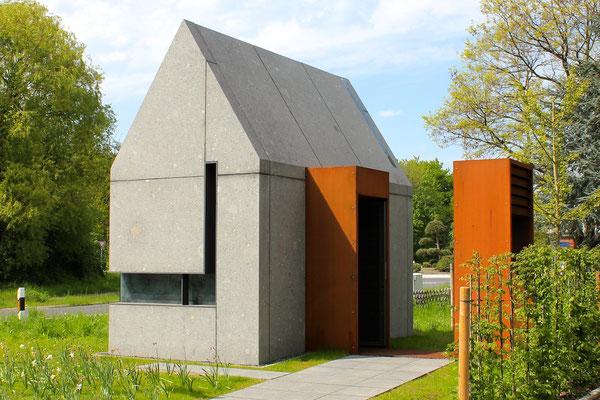 Fassade aus vulkanischem Trachyt - Wegekapelle