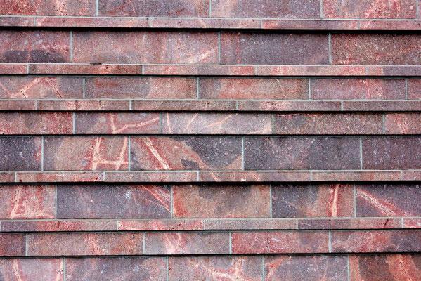 Fassadendetail aus Rochlitzer Porphyr - St. Trinitatis, Leipzig