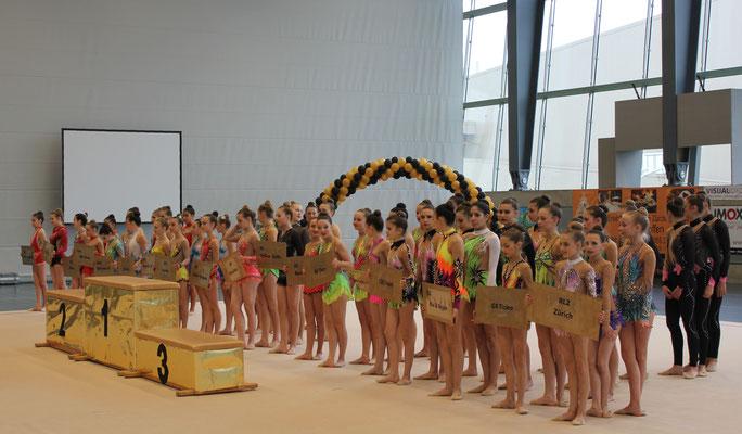 Die Gymnastinnen warten auf die Siegerehrung