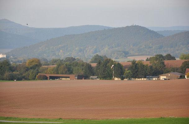 Blick vom Fluggelände auf Hallen und Vereinsheim