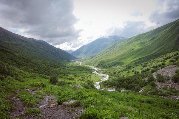 Der Blick vom Fuß des Schchara zurück in Richtung Ushguli