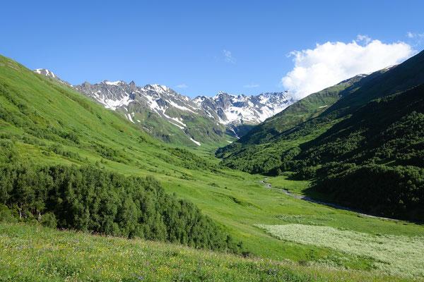 Vom Zagari-Pass aus bieten sich tolle Ausblicke auf die Gebirgsketten des Kaukasus