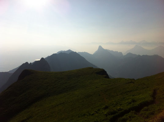 tolle Ausflugsmöglichkeiten im Naturpark Gantrisch: Blick vom Gantrisch Richtung Stockhorn
