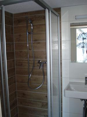 ... mit WC und Duschkabine